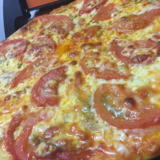 昨日は宮原ヒソミネさんでイベントでしたー!今回もピザ作って、2ステージ演奏。。西浜店長が撮影したピザと店長が不在時に?現れたパンダ。#ヒソミネ #ピザ #パンダ #イベント #手作りピザ