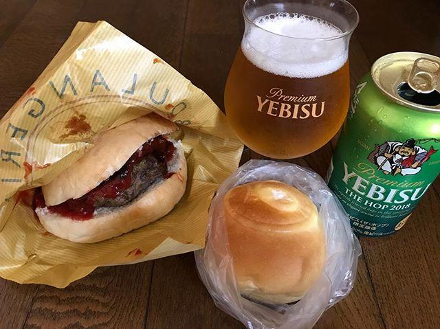 そういえば画像撮ったけど食べたら忘れてたw お昼に食べたパンピジョンのハンバーガーとクリームパン! 夏の冷蔵クリーンパン美味しかった!#お昼ご飯 #ハンバーガー #クリームパン #鳩ヶ谷 #パン屋さん #パンピジョン #beer #ビール #エビス #エビスビール #昼からビール